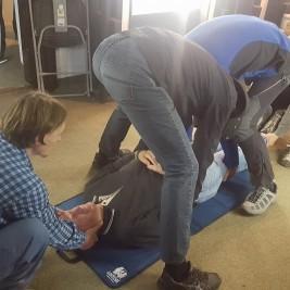Dvig poškodovanca pri sumu, da gre za poškodbo hrbtenice.