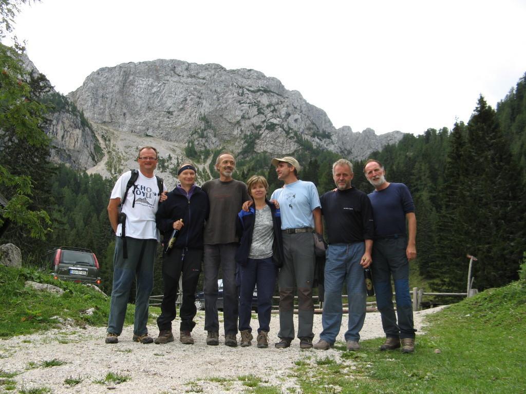 Janeta in Franc (na njeni levi) s svojimi prijatelji na Grohatu pod Raduho