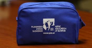 V hribe nikoli brez torbice s pripomočki za prvo pomoč (foto: V. Habjan)