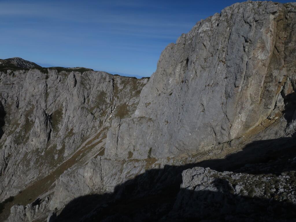 Pogled na steno Kordeževe glave iz Kordeževe rame. Zadaj levo pa so  t.i. Polence
